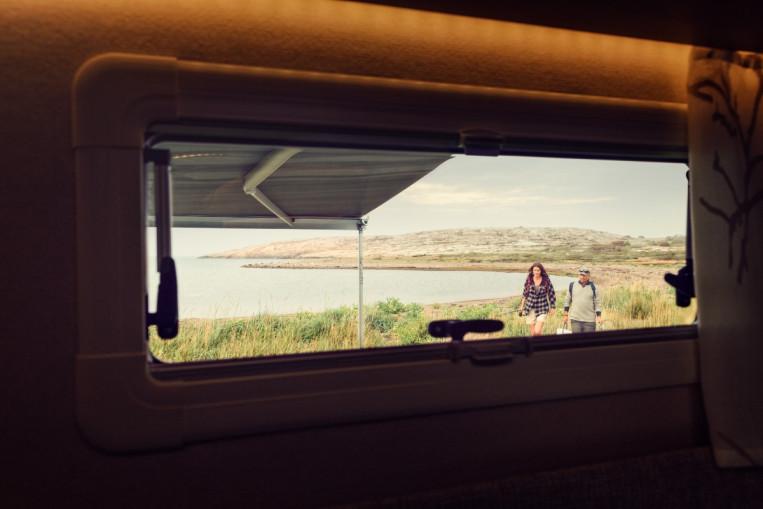 Geniş kapı ve pencere yelpazemiz gün ışığından maksimum faydalanıp; soğuk ve yağmurlu hava, gürültü gibi dış etkenleri ve istenmeyen misafirleri dışarıda tutara...