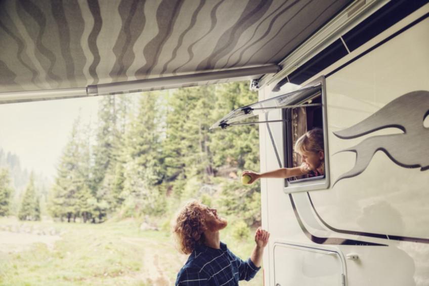 Camper minivan tavan havalandırması için yeterince geniş değil mi? Midi Heki Style' a göz atın! Bu dar kesimli tavan havalandırması uzunlamasına açılır. Midi He...