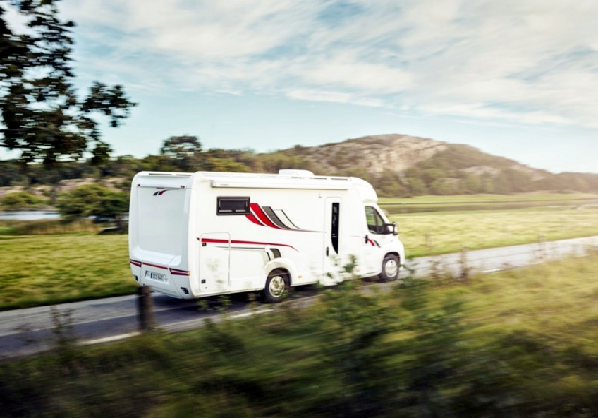 700 x 500 mm' lik geniş bir tavan açıklığı, kamyonetinizin veya karavanınızın iç kısmını çok daha parlak hale getirir. Temiz hava akışı da kolayca düzenlenir. M...