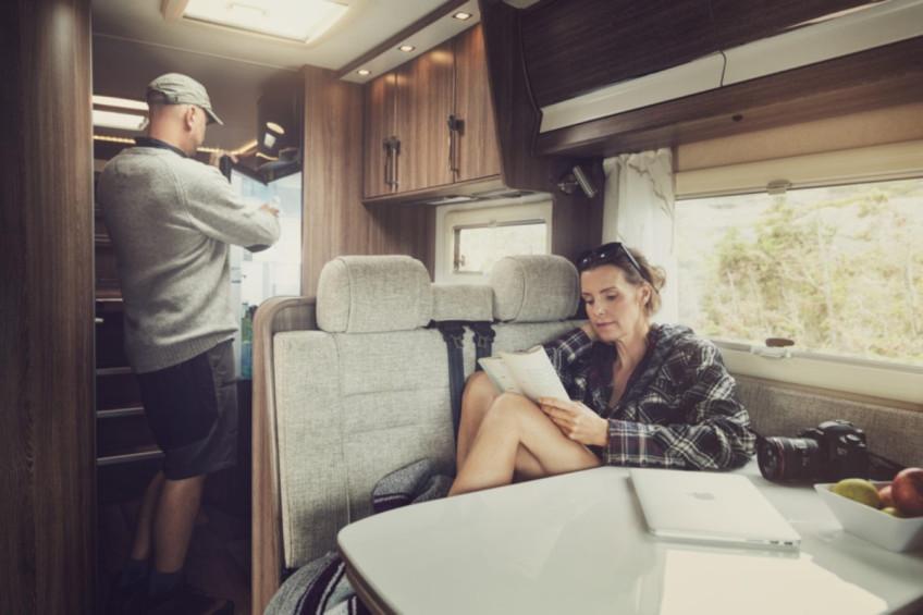 Kavisli dış hatlara sahip panel vanlar için mükemmel bir eşleşme: S7P pencereler, hafif kavisli, gömme montajlı panelleri ve koyu renkli çift akrilik camlarıyla...